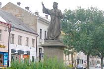 Husův pomník na jičínské Husově ulici.