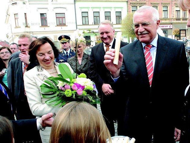 Prezident Václav Klaus s pravou hořickou trubičkou.