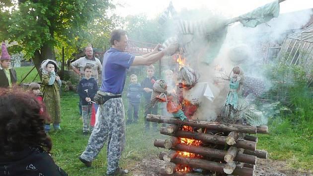 Čarodějnické řádění v Ostružně.
