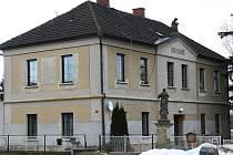 Budova bývalé školy v Šárovcově Lhotě.
