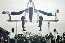 Cvičení mužů na bradlech  při veřejném cvičení  - Nová Paka 1912.