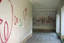 Poničené stěny podchodu jičínské budovy městského úřadu.