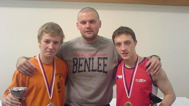 Úspěšní boxeři, zleva Martin Stehlík, trenér Bedřich Doležal mladší a Jakub Chval.