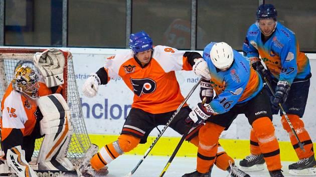 PŘED FRÝBOVOU KLECÍ důrazně brání Pepa Křížek, vpravo turnovští hokejisté David Novotný a Michal Hájek.