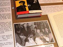 V lomnickém muzeu je do 19. března přístupná ojedinělá výstava plakátů, záznamy městské kroniky, promítací zařízení, snímky umělců, na které je zachycen i Vlasta Burian při svém zřejmě posledním vystoupení na veřejnosti.