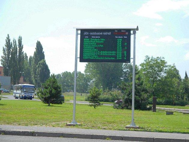 Informační tabule na jičínském autobusovém nádraží.