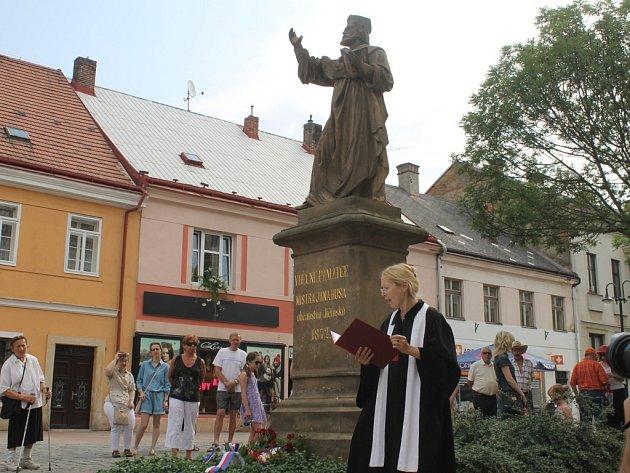 Vzpomínka na Jana Husa u jeho sochy v Jičíně.