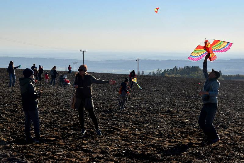 Čekání na výsledky voleb si stovky lidí zpříjemnily návštěvou vrchu Zvičina.
