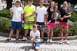 Družstvo dorostu Tenis Nová Paka - zleva Vadim Voltr, Jakub Vondrák, Adam Bajer, Martina Ticháčková, Ema Drábková, vpředu Šimon Karlovský.