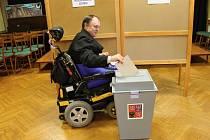 V Nové Pace volil také vozíčkář Josef Fučík.