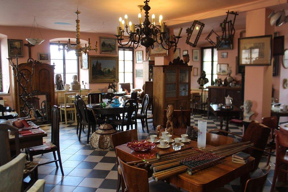 Nejcennější je starožitný nábytek. Cena se pohybuje hodně přes deset tisíc za kus.