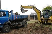 Počáteční práce na výstavbě záchytné stanice pro zaběhlé psy.