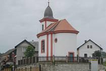 Bukvická kaple sv. Jana Nepomuckého, dominanta obce.