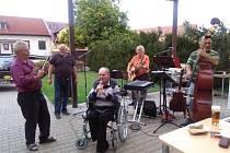 Skupina Nou Bend v mlázovickém domově důchodců.