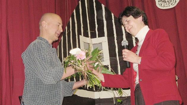 Eva Bílková předává květinu Jaromíru Gottliebovi.