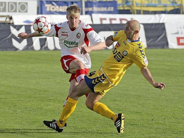 V obrovské šanci se po vedoucí brance Jihlavy ocitl její středopolař Peter Krutý (ve žlutém). Slovenský fotbalista ovšem ve své šanci selhal a Vysočina záhy inkasovala.