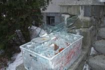 Po řádění neznámé síly v rodinném domě v Bobrové na Žďársku zůstávala spoušť jako po zemětřesení. Záhadou jsou mimo jiné samovolně praskající skleněné výplně oken.