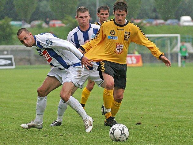 Jihlavský útočník Michael Rabušic (ve žlutém dresu) byl v Čáslavi aktivní. Střelecky se však neprosadil, ač měl v prvním poločase dobrou příležitost.