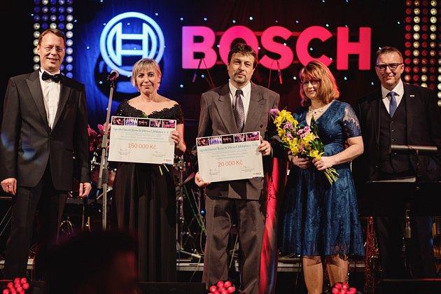 Symbolický dárcovský šek převzala za pro dětské oddělení ORL lékařka Ivana Horáková (vlevo) a  za oddělení rehabilitace zástupkyně primářky Petra Janů.