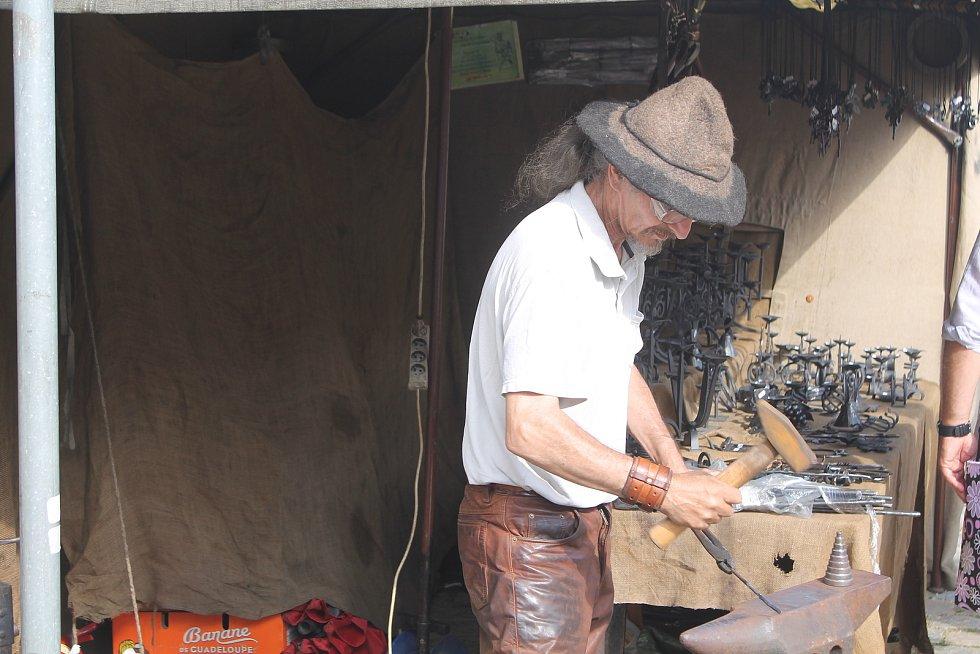 Kovář předváděl své umění i výrobky, ty už měly i cenovky.