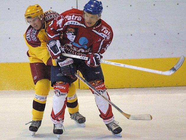 Jihlavským juniorům (ve světlém) východočeská štace body nepřinesla. Po těsné prohře s Pardubicemi podlehli o den později i Hradci Králové.