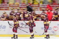 Jihlavští hokejisté slaví výhru 6:0 nad Litoměřicemi.
