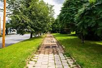 Rekonstrukce dvou stovek metrů chodníku na Jiráskově ulici je pilotním projektem nové metody opravy chodníků.