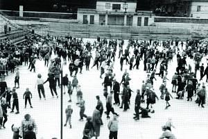 V prvních letech se na Horáckém zimním stadionu bruslilo pod širým nebem.