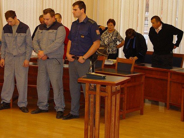 Strůjci přepadení Jan Hron (zleva), Lukáš Launa i jejich komplicové si odsedí roky ve vězení. Za mříže putuje i Rostislav Machek (zcela vpravo), který si vše objednal.