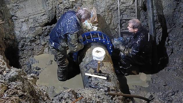 Opravit potrubí bylo potřeba v noci, když tlak klesl na minimum.