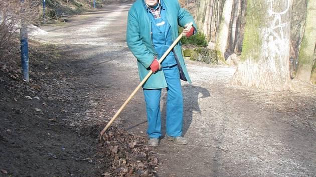 Počasí vyzvalo k jarnímu úklidu pracovníky Správy městských lesů.