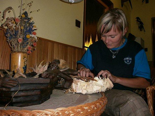 Orginální a netradiční přírodniny používá Monika Navrátilová při vázání dušičkových věnců. Tento věnec je z březové kůry a slupek kukuřice.