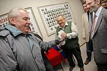 Miloš Zeman přivezl svým spolustraníkům v Novém Veselí zápisné v podobě láhve slivovice. Sám však na veřejné schůzi nově vzniklé Strany práv občanů popíjel pouze minerálku.