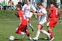Do velké krize zabředli fotbalisté Velkého Meziříčí (v bílých dresech).  V domácím prostředí nestačili na Konici a připsali si už tak pátou porážku v řadě.