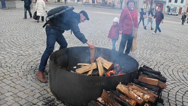 """Michal Emmer se stará o festivalové ohně. """"Snažím se, aby byly věčné, to je můj úkol,"""" usmál se včera při přikládání na jihlavském Masarykově náměstí Michal Emmer."""