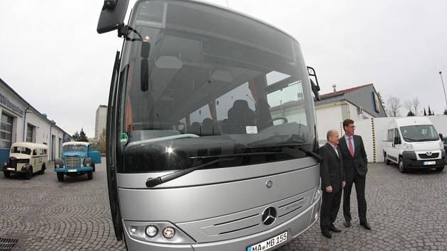 U testovaného autobusu, který bude splňovat přísnější emisní požadavky, se v Jihlavě sešli šéf ICOM transportu Zdeněk Kratochvíl a zástupce německého prodejce Till Oberwörder.