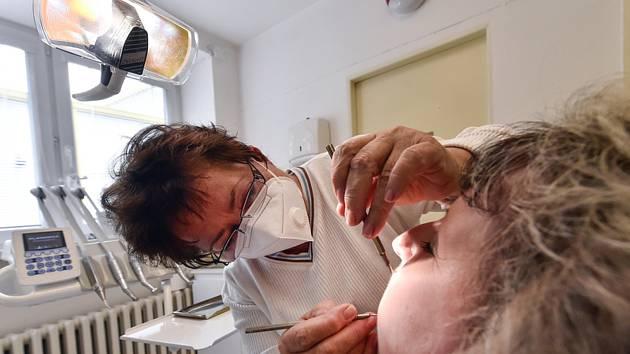 Lékařka Eva Hořejší ošetřuje pacientku ve své zubní ordinaci v Třešti na Jihlavsku, kterou ke konci července po 40 letech uzavře. Ve své péči měla asi 1800 lidí. V regionu je dlouhodobě nedostatek zubních lékařů, městu se nedaří sehnat náhradu za zubaře.