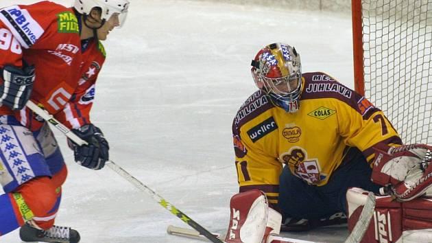 Už v přípravě na nový ročník první hokejové ligy budou k vidění derby zápasy. Vzájemné souboje mají naplánovány také Jihlava (ve žlutém Milan Řehoř) s Třebíčí (Milan Přibyl).