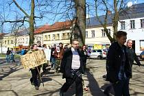 Protestující Bartoše a jeho skupinu doprovázeli ke hřbitovu a k památníčku Anežky Hrůzové.