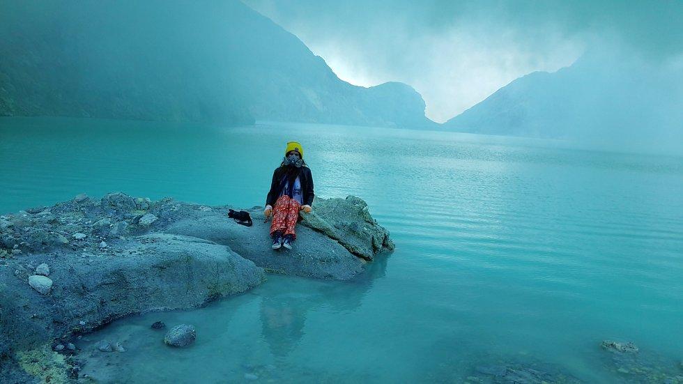 Přítelkyně Martina Pokorná u nejkyselejšího jezera na světě.
