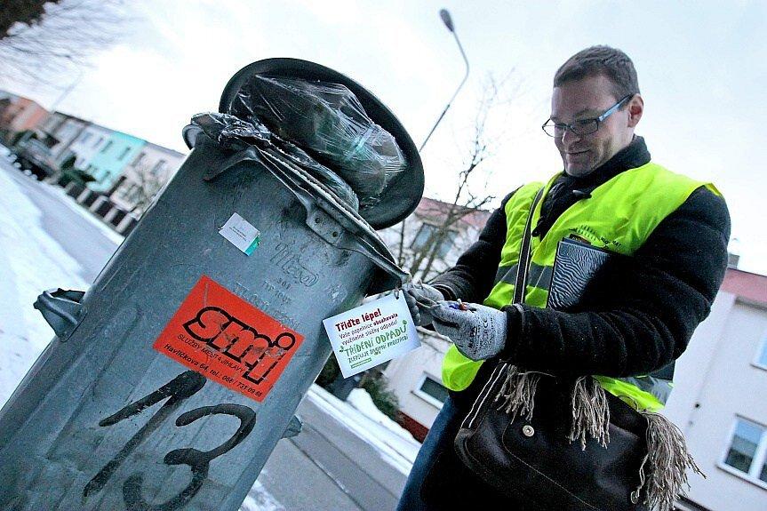 Jihlavskou Horní ulici navštívil odpadový detektiv. Zjišťoval, zda obyvatelé domů správně třídí odpad.