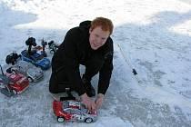 NADŠENEC. Aleš Horák (na snímku) je do modelů aut blázen. Koníčku se věnuje už přes čtyři roky.