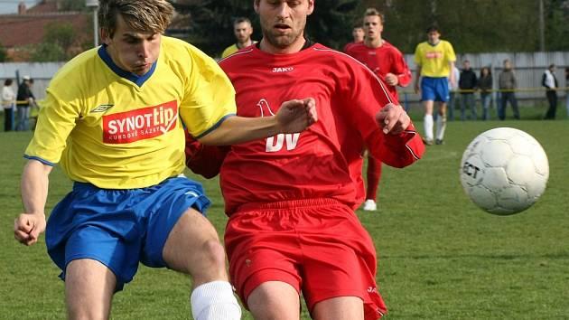Fotbalisté Velké Bíteše (ve žlutém) a Moravských Budějovic prodloužili svou sérii bez porážky. Oba týmy bezprostředně ohrožené sestupem už třetí zápas v řadě neprohrály. Naposledy remizovaly ve vzájemném zápase 2:2.