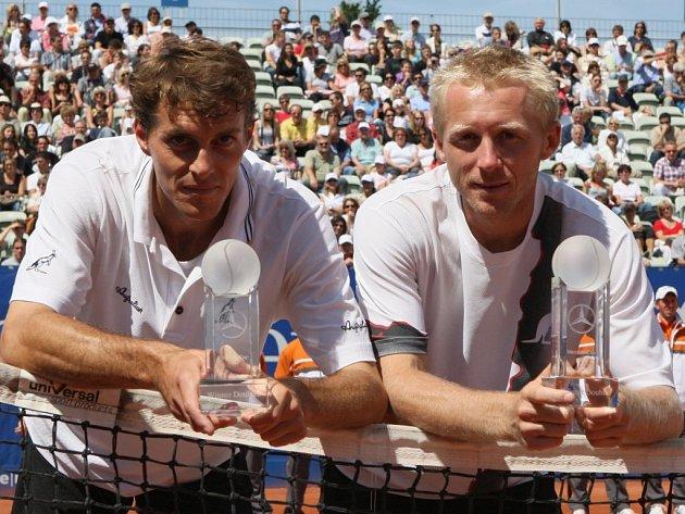 Leoši Friedlovi (vpravo) a Františku Čermákovi leží Stuttgart u nohou. V baden–württembergské metropoli získal jihlavský tenista patnáctý turnajový titul.