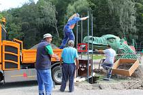 Instalace. Stojan na bezpečnostní hodiny instalovali pracovníci Služeb města Jihlavy na dětské hřiště na Heulose u letního amfiteátru včera. Dnes je na řadě Český mlýn.