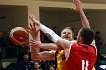 Měli to složité. Jihlavští basketbalisté (vlevo Jiří Bubák) na favorizované Královské sokoly neměli. Na jejich palubovce jim podlehli o 36 bodů.
