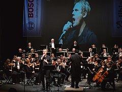 Novoroční koncert. Špičkový koncert Filharmonie Hradec Králové doprovodil sólista David Deyl.