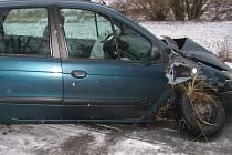 V příkopu skončila svou jízdu řidička osobního vozu Renault.