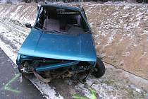 Řidič fiatu na cestě mezi Přísekou a Jihlavou nezvládl řízení, dostal smyk a havaroval do příkopu.