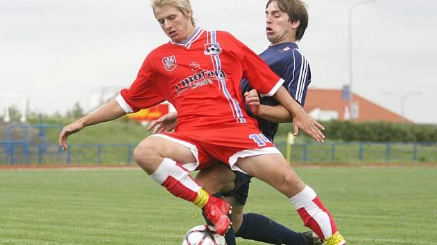 Stoper David Komínek (v modrém dresu) je jedním z pilířů celého týmu. I on má velkou zásluhu na tom, že Třebíč v šestnácti zápasech inkasovala jen jedenáct branek.